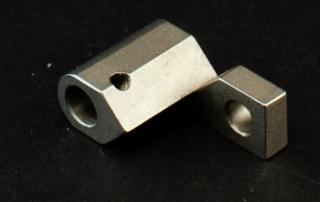 Special designet aluminiums-stykke med gennemgående hul.